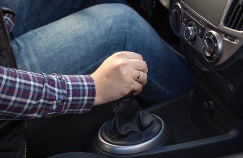 Thói quen tì tay lên cần số có thể khiến lái xe không kịp đánh lái trong các tình huống khẩn cấp.
