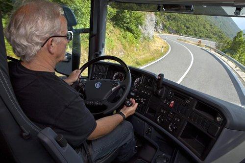 Kinh nghiệm lái xe an toàn đường núi cho thấy cần đảm bảo tốc độ khi lên dốc và xuống dốc
